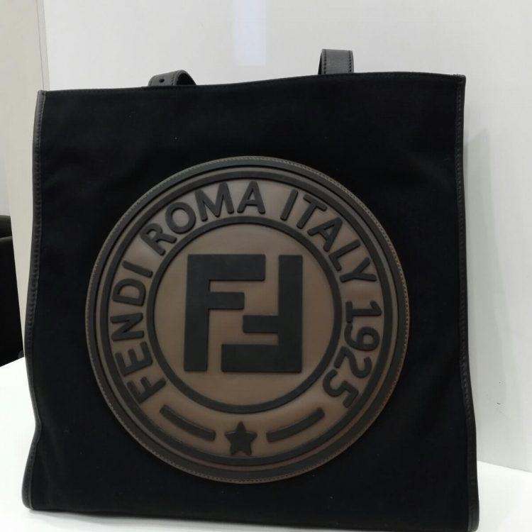 timeless design 73db4 08fca FENDIロゴ トートバッグ 黒 7VA435 | 梅田でヴィトンの買取なら ...